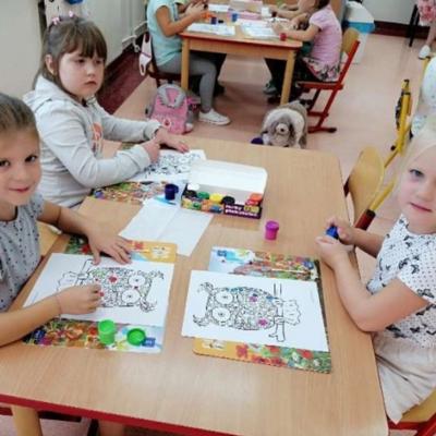 Dzieci w trakcie zabaw na dzień kropki