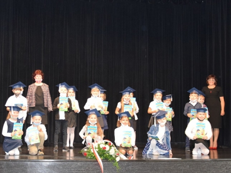 Dzieci na rozpoczęciu roku szkolnego