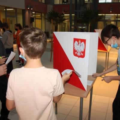 Dzieci uczestniczące w wyborach Samorządu uczniowskiego