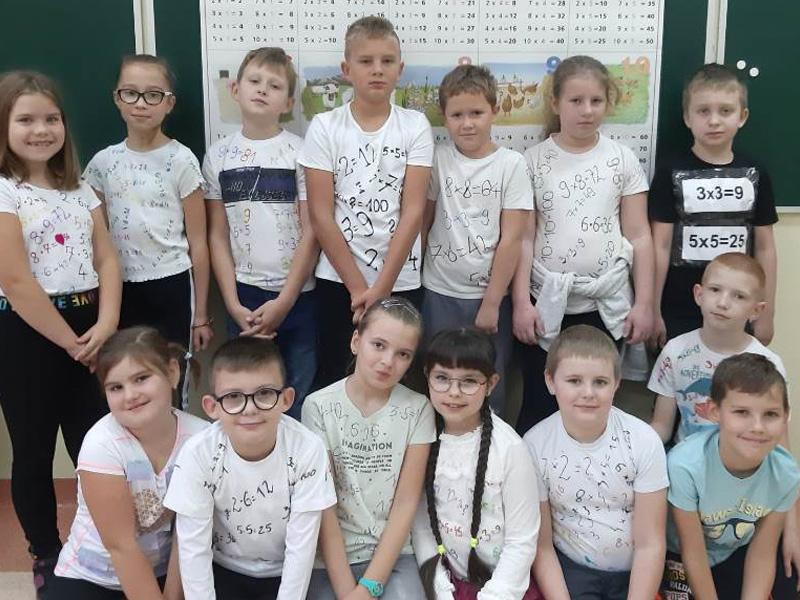 Dzieci uczestniczące w dniu tabliczki mnożenia