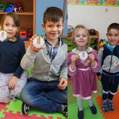 Dzieci z zerówki prezentują odznakę Przyjaciela Pluszowego Misia