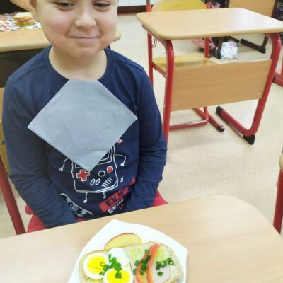 Uczeń prezentuje swoją zdrową kanapkę