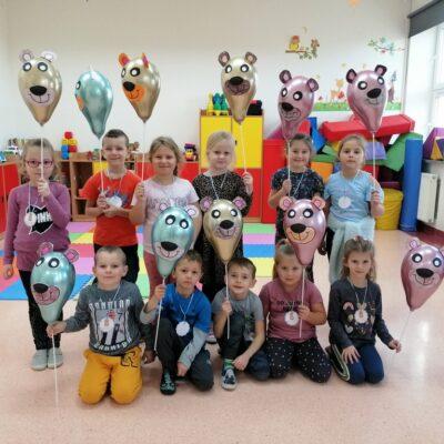 Dzieci z zerówki prezentują wykonane własnoręcznie misie z balonów