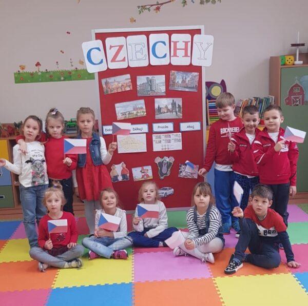 Dzieci podczas zajęć o Czechach w ramach innowacji