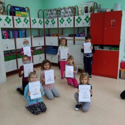 Uczniowie prezentujący swoje prace związane ze zdrowym odżywianiem