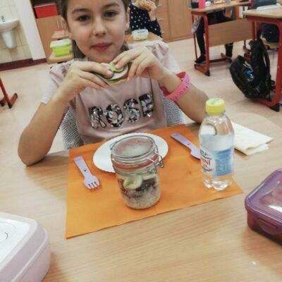 Uczennica w trakcie spożywania zdrowej kanapki