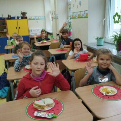 Uczniowie przez zjedzeniem swoich zdrowych posiłków
