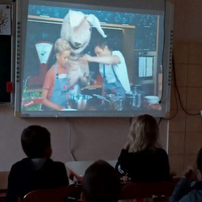 Uczniowie podczas oglądania filmu dotyczącego zdrowego jedzenia