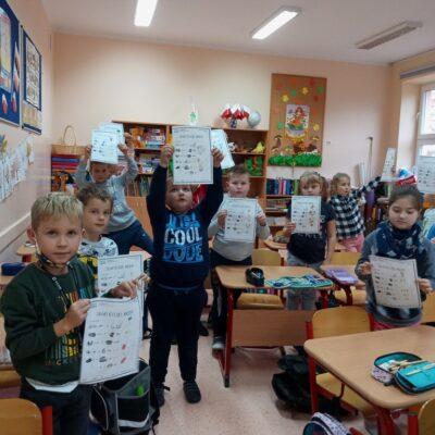 Uczniowie prezentujący swoje pracy na temat zdrowego jedzenia