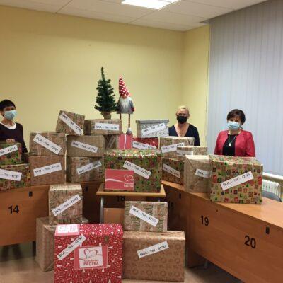 Koordynatorki wraz z Panią Dyrektor prezentują zgromadzone dary na Szlachetną Paczkę