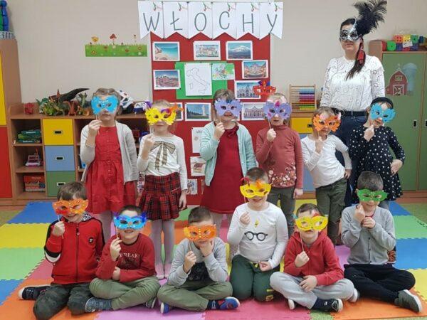 Dzieci prezentują swoje prace - maski karnawałowe