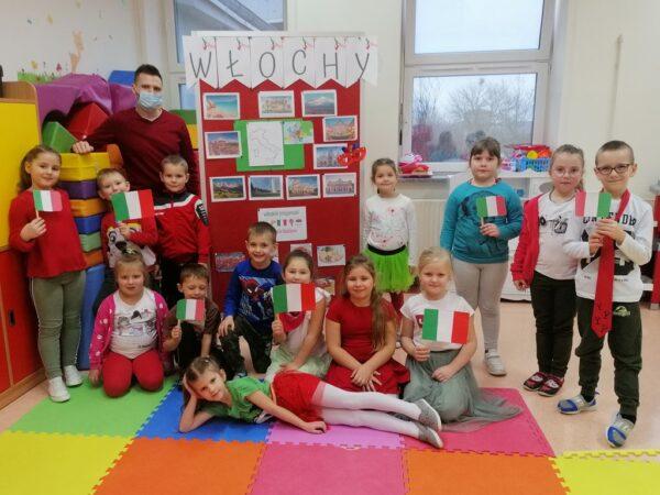 Dzieci wraz z zaproszonym gościem podczas zajęć
