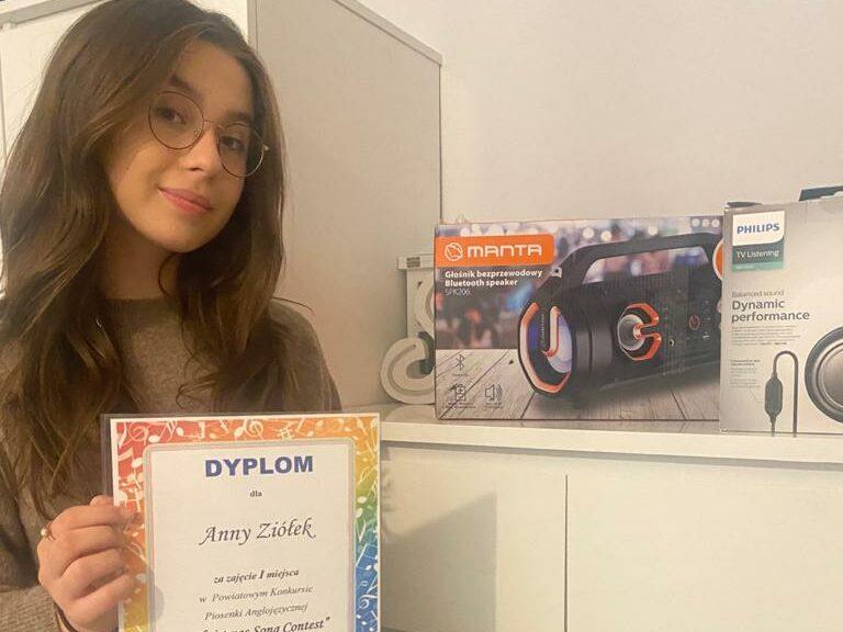 Ania Ziółek prezentuje nagrody zdobyte w Powiatowym Konkursie Piosenki Anglojęzycznej