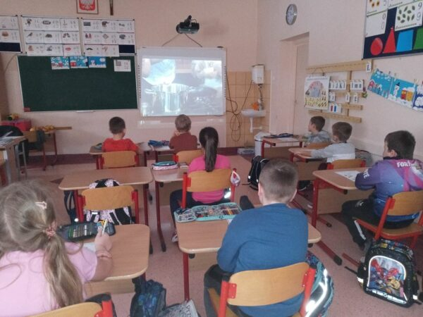 """Uczniowie oglądają film """"Techniki kulinarne"""""""