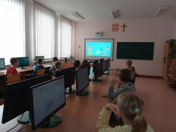 Uczniowie oglądają filmik o bezpiecznym internecie