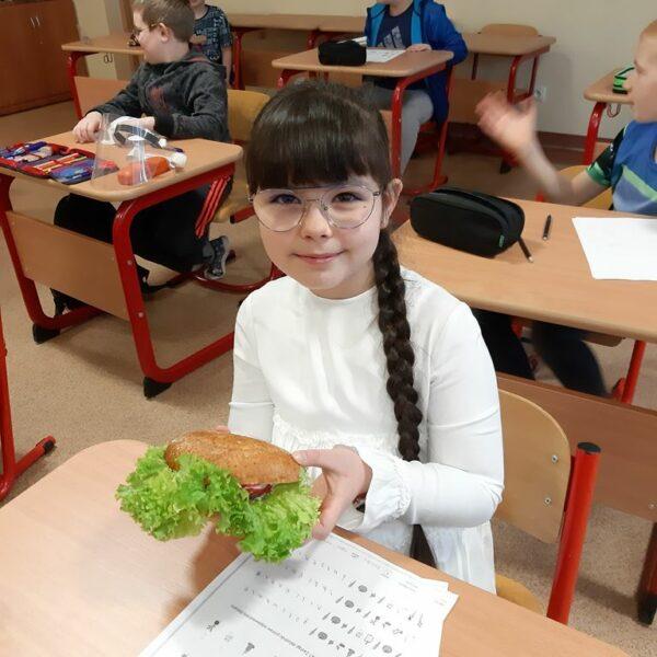 Uczennica prezentuje swój zdrowy posiłek