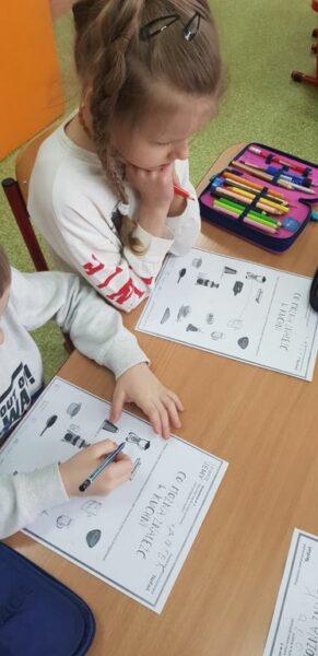 Uczniowie wykonują prace w ramach zajęć o gotowaniu