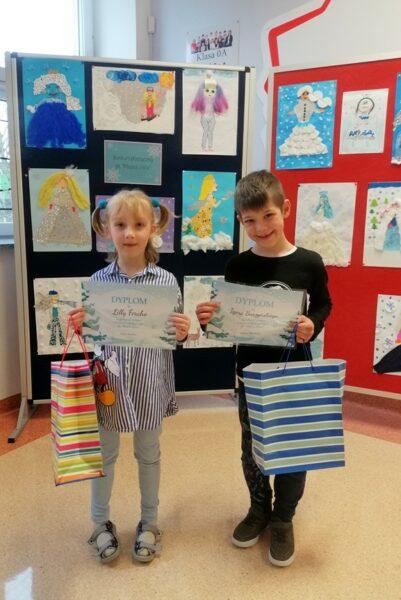 Dzieci z nagrodami za zdobycie I i II miejsca w konkursie.