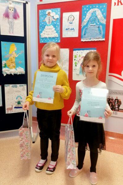 Dzieci z nagrodami za zdobycie wyróżnienia w konkursie.