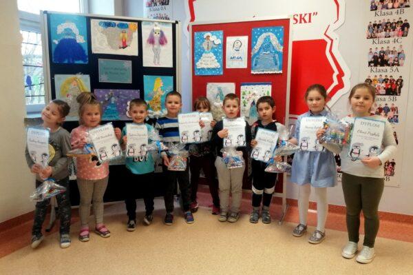Dzieci z oddziałów przedszkolnych z nagrodami za udział w konkursie.