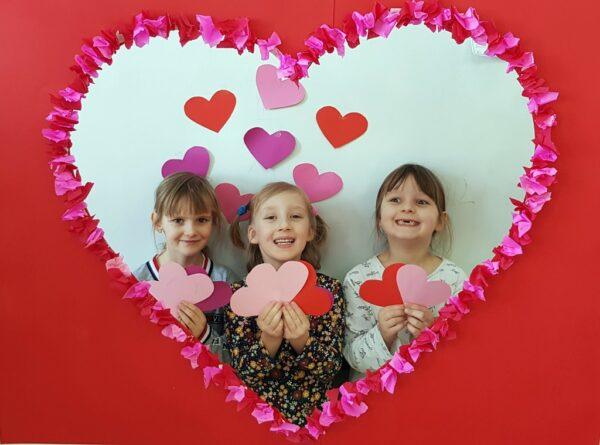 Troje uczniów z grupy 0A podczas Walentynek