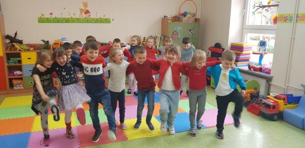 Dzieci tańczące kankana