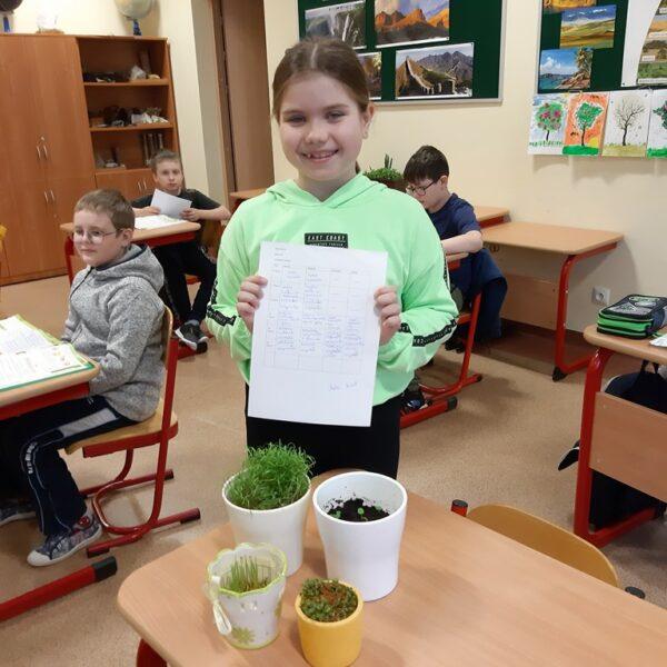 Uczennica prezentuje swój projekt badawczy