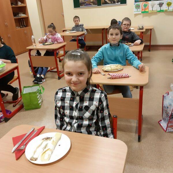 Uczniowie z klasy 3b prezentują naleśniki