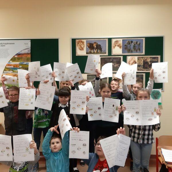 Uczniowie z klasy 3b prezentują rozwiązane karty pracy