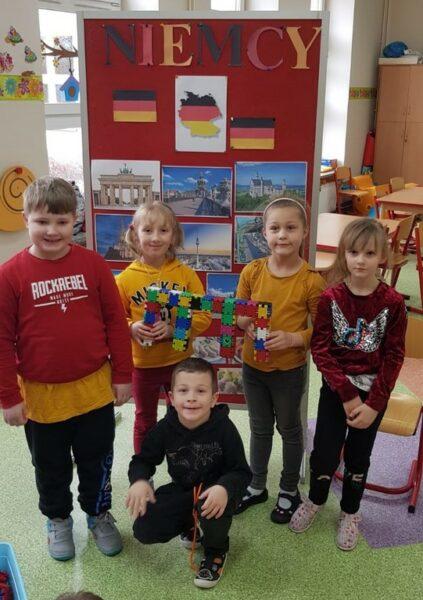 Przedszkolaki z budowlą z klocków - Bramą Brandenburską