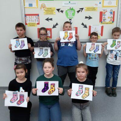 """Dzieci prezentują prace plastyczne """"skarpetki"""" - symbol Światowego Dnia Osób z Zespołem Downa"""