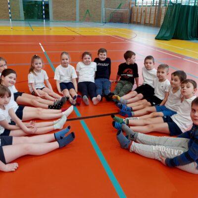 Dzieci prezentują skarpetki - symbol Światowego Dnia Osób z Zespołem Downa