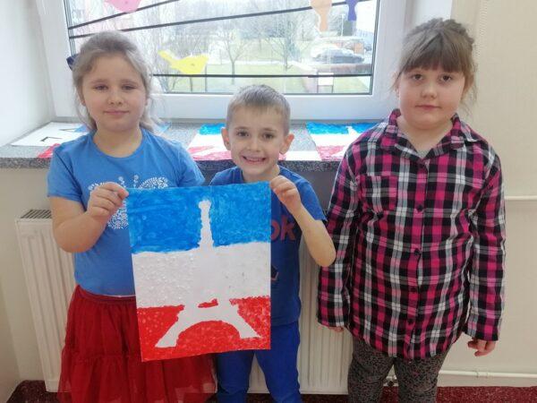 Dzieci z pracą plastyczną Wieża Eiffla