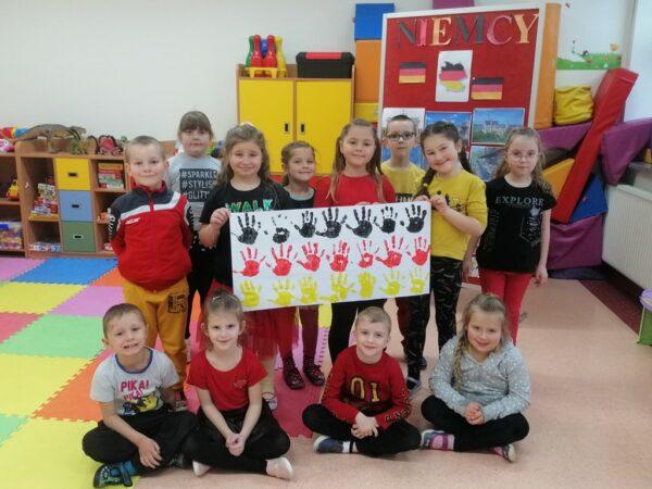 Przedszkolaki z praca plastyczną -  flaga Niemiec