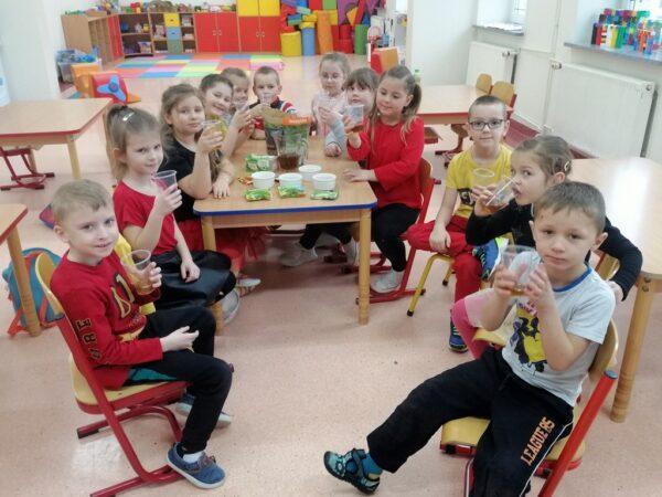 Dzieci z oddziału przedszkolnego podczas zajęć o ziołach i przyprawach