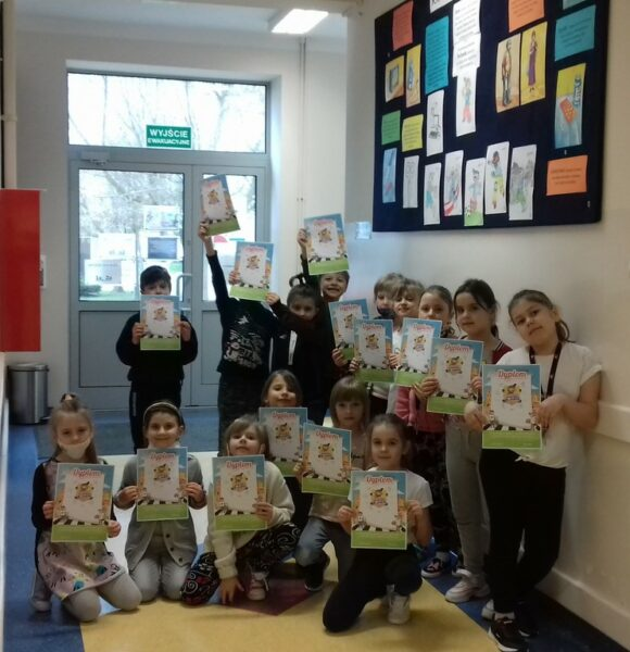 Uczniowie prezentują swoje certyfikaty