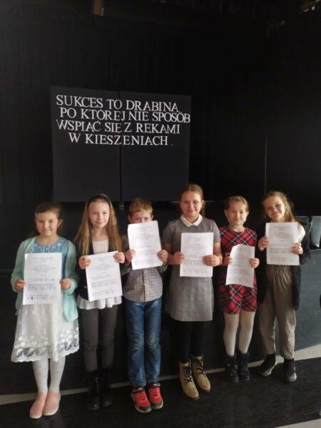 Uczniowie prezentują swoje testy konkursowe