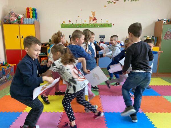 Dzieci podczas zabawy w sałatkę warzywno-owocową