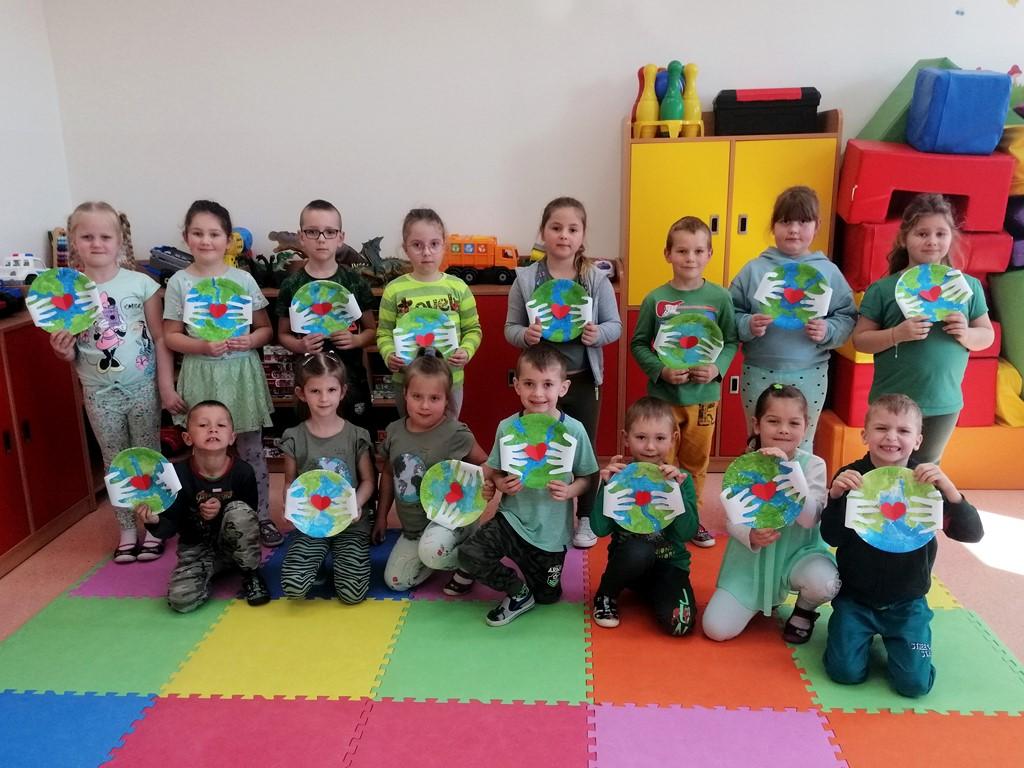 Oddział przedszkolny 0a z pracą plastyczną Kochamy naszą planetę