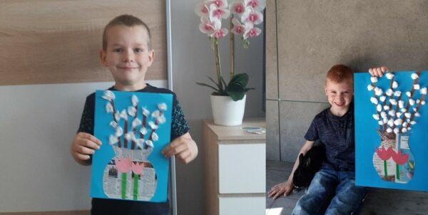 Oluś i Tymek z pracą plastyczną Bazie kotki