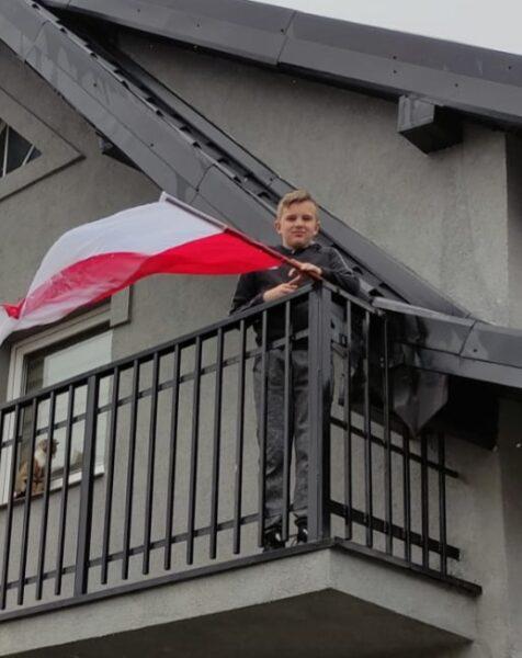 Uczeń prezentuje swoją flagę