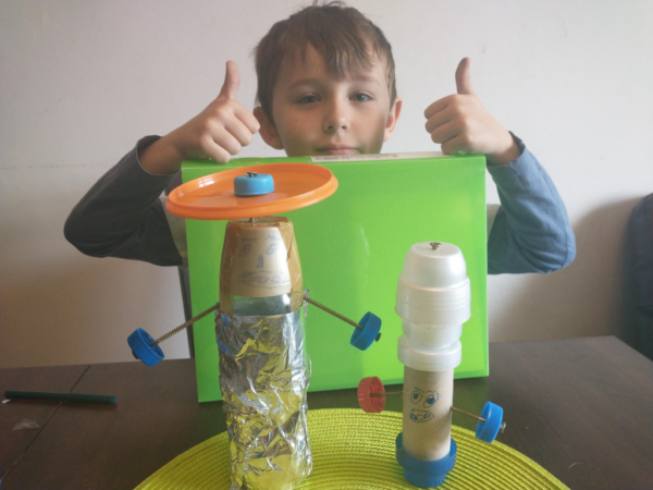 Uczeń prezentuje zabawki wykonane z surowców wtórnych