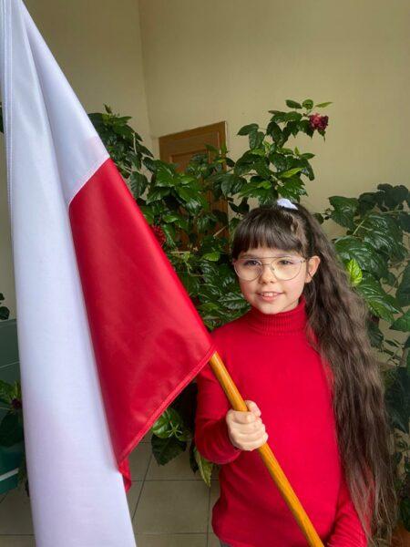 Uczennica prezentuje swoją flagę