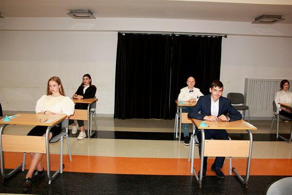 Ósmoklasiści w oczekiwaniu na arkusze egzaminacyjne