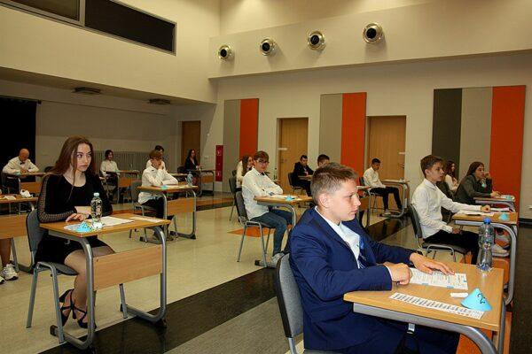 Ósmoklasiści przed rozpoczęciem egzaminu