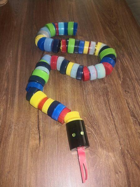 Podczas nauki zdalnej uczniowie klasy I b wykonali ekologiczne zabawki z surowców wtórnych: butelek plastikowych, nakrętek, folii aluminiowej, makulatury, plastiku, metalu, wełny itp. Podczas wykonywania zabawek wykazali się kreatywnością. Stworzyli wiele ciekawych prac.