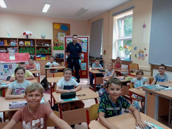 Uczniowie wraz z policjantem podczas lekcji