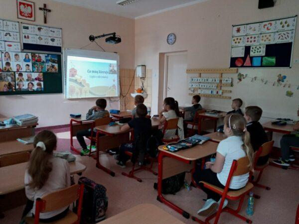 Uczniowie oglądają film
