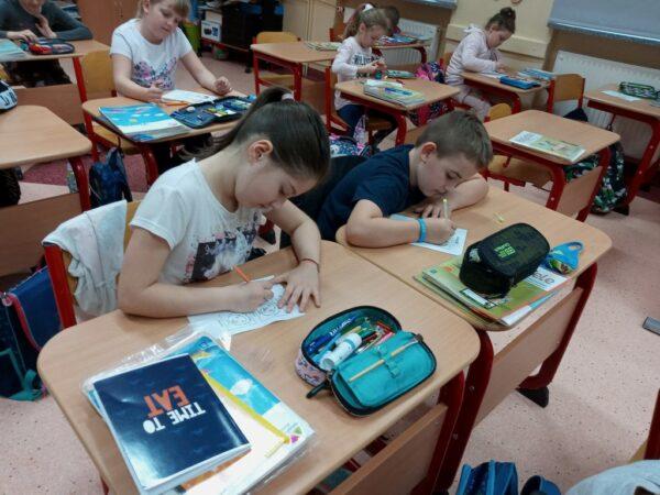 Uczniowie podczas wykonywania zadania
