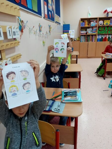Uczniowie prezentują swoje prace